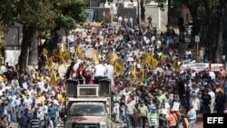Trabajadores de la prensa venezolana marchan en defensa de la libertad de expresión.