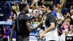 Roger Federer (d) saluda a Frances Tiafoe (i) tras concluir el encuentro que disputaron en el Abierto de Estados Unidos 2017.