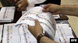 Funcionarios realizan el conteo de papeletas hoy, jueves 24 de mayo de 2012