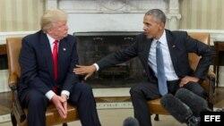 El presidente de los Estados Unidos, Barack Obama (d) junto con el presidente electo Donald Trump (i) al final de su encuentro en el despacho oval en la Casa Blanca, en Washington (Estados Unidos), el 10 de noviembre de 2016.