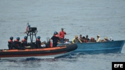 Un bote la Guardia Costera intercepta a un grupo de balseros cubanos. (Imagen de Archivo/EFE)