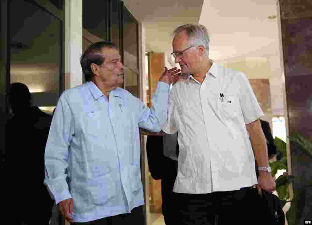 El director general para América del Servicio Europeo de Acción Exterior, Christian Leffle (d), con el vicecanciller cubano, Abelardo Moreno (i), al arribar a la Cancillería cubana, en La Habana (9 de septiembre, 2015).