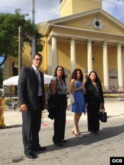 En las afueras del Teatro Manuel Artime de izq. a der. Antonio Rodiles, Berta Antúnez, Ailer González y María Lima. Foto Alvaro Alba.