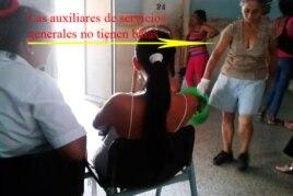 Una mujer que trabaja en el hospital no tiene bata sanitarias segén muestra la foto de Mailín Ricardo