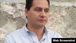 Ingresan por sospecha de dengue a escritor encarcelado