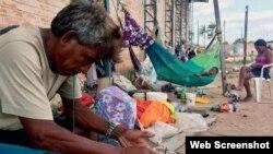 Ancianos y niños venezolanos, entre los migrantes que huyen de la crisis política y económica.