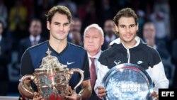 (i-e) Federer y Nadal reciben sus trofeos en el Torneo de Basilea, Suiza en 2015. Federer venció a Nadal 6-3, 5-7 y 6-3.