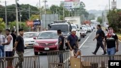 Manifestante levantan barricadas en calles de Managua