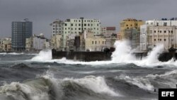 Fuertes olas chocan contra el muro del malecón de La Habana (Cuba) hoy, domingo 26 de agosto de 2012. EFE/Alejandro Ernesto
