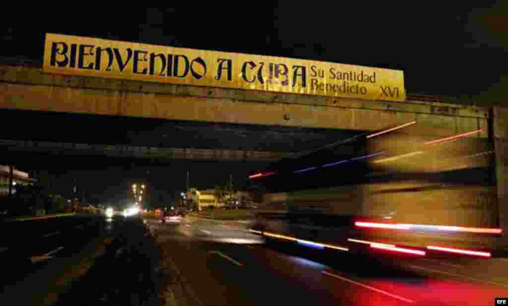 Uno de los carteles con mensajes de bienvenida al Papa Benedicto XVI en La Habana.