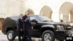 El secretario de estado estadounidense, John Kerry, a su llegada al Palacio Real para reunirse con el rey Abdalá de Jordania en Amán (Jordania).