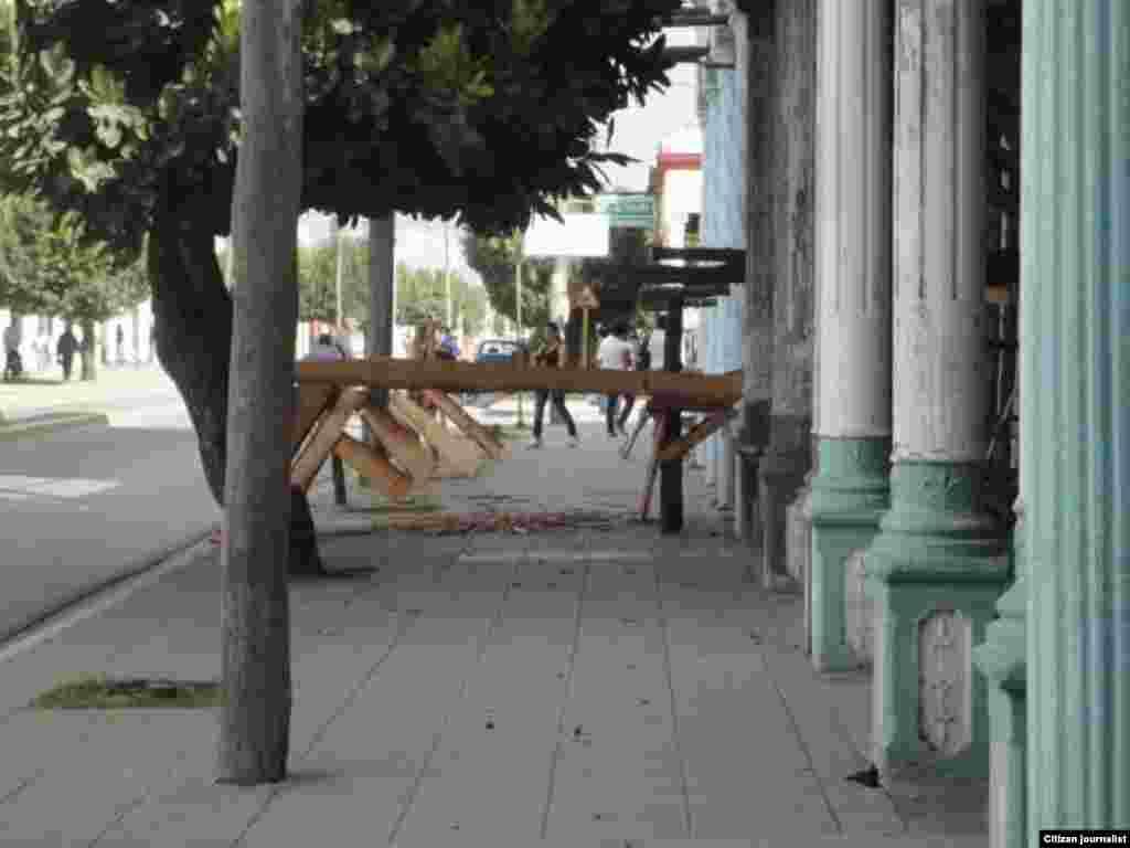 Reporta Cuba Apuntalamiento de edificaciones en ruinas obstruyen la acera Foto DdelaCelda