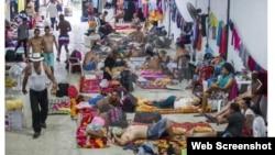 Migrantes cubanos permanecen en una bodega en Turbo, Colombia. Quieren viajar a EEUU.