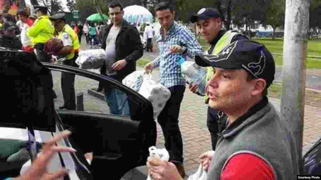 Los cubanos ayudan en la entrega de alimentos y agua potable en las zonas afectadas.