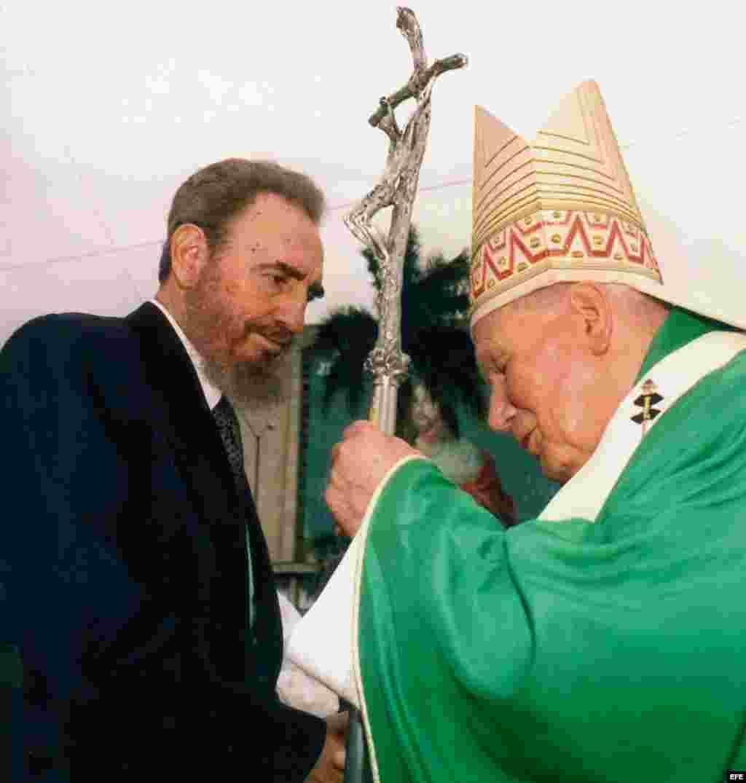 El papa Juan Pablo II saluda a Fidel Castro, durante una misa celebrada en la Plaza de la Revolución.