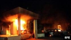 Fotografía facilitada el 12 de septiembre de 2012, y fechada ayer, 11 de septiembre, que muestra un edificio del consulado estadounidense en Bengasi (Libia).