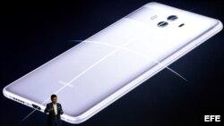 El consejero delegado de la tecnológica china Huawei, Richard Yu, presenta los teléfonos Huawei Mate 10 y el Mate 10 Pro, en Múnich, Alemania, el 16 de octubre del 2017.