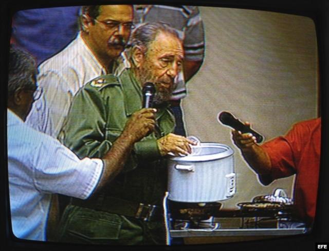 Fidel Castro con una olla arrocera.