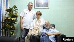 Alan Gross, (d), en la foto junto a la líder de la comunidad judía en Cuba, Adela Dworin, (c), y David Prinstein (i), vicepresidente en el hospital militar Carlos J Finlay de La Habana, Cuba.ARCHIVO.