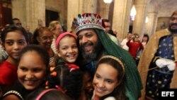 Los Reyes Magos durante una ceremonia para celebrar la Epifanía en la Catedral de La Habana.