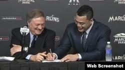 Giancarlo Stanton (d) firma un contrato por $325 millones.