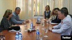 El gobernador de Colorado John Hickenlooper (izq.) durante un encuentro coon Josefina Vidal y otros miembros de la Cancillería cubana.
