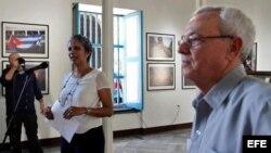 La fotógrafa colombiana Eliana Aponte, acompañada por el historiador de cubano Eusebio Leal.