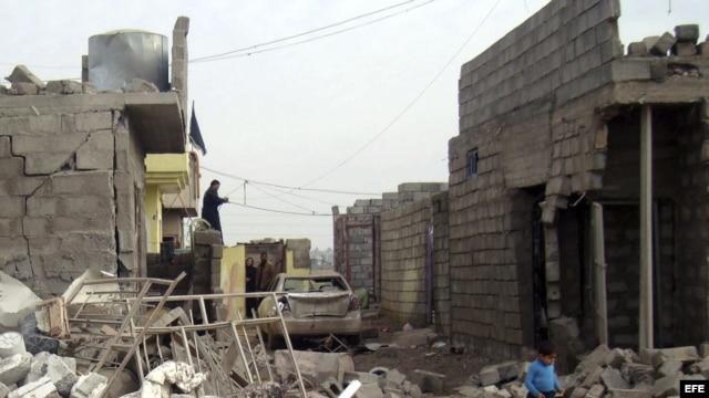 Un niño iraquí camina entre los escombros producidos por un ataque con coche bomba en Irak. Archivo.