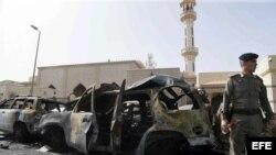 Servicio de seguridad saudís inspecciona una área donde ocurrió un atentado