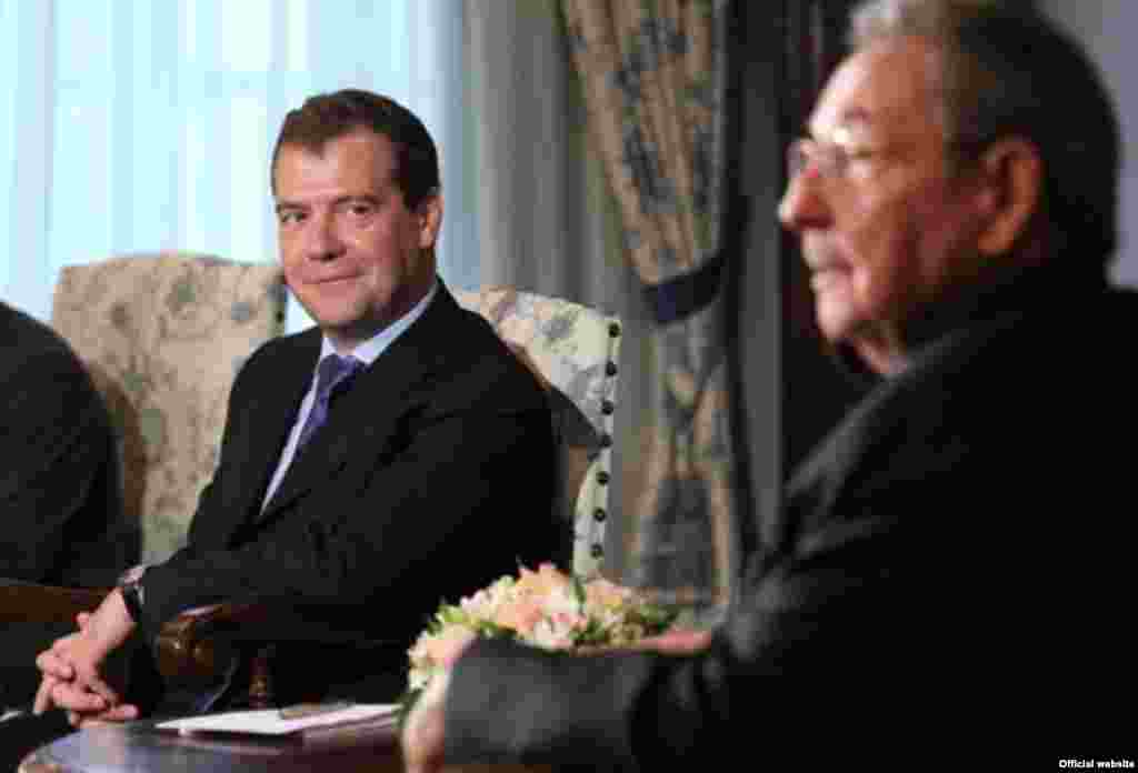 El encuentro de Raúl Castro y Medvedev en la sede del gobierno ruso.
