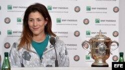 Garbiñe Muguruza participa en una conferencia de prensa tras vencer a Serena Williams en el Abierto de Francia.