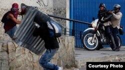 """Los paramilitares conocidos como """"colectivos"""" son responsables de al menos tres muertes durante las protestas en Venezuela"""