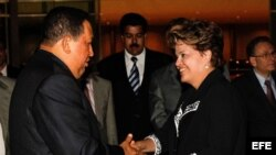 La presidenta de Brasil Dilma Rousseff (d) recibiendo al presidente de Venezuela, Hugo Chavéz.
