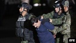 """Las autoridades mexicanas trasladaron al narcotraficante Joaquín """"El Chapo"""" Guzmán al penal de máxima seguridad del Altiplano, del que se fugó el pasado 11 de julio, horas después de que el presidente Enrique Peña Nieto anunciara su recaptura en el estado"""