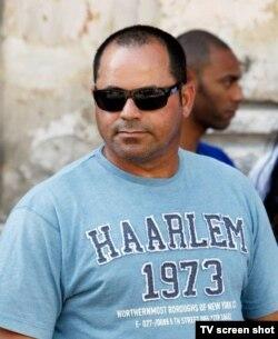 Agente denunciado en redes sociales por agredir a reporteros gráficos en visita de Rihanna. Foto: Ernesto Mastrascusa.