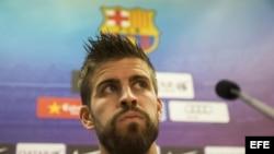El defensa del FC Barcelona, Gerard Piqué, atiende a los medios de comunicación.