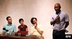El disidente Manuel Cuesta Morúa, de Arco Progresista, encabeza una rueda de prensa en compañía de los opositores Erick Álvarez (i), Lourdes Mariño (2-i) y Boris González (2-d).
