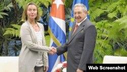 Raúl Castro recibe a la jefa de la diplomacia de la Unión Europea Federica Mogherini, en enero de 2018. (Archivo)