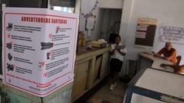 Cafetería en La Habana, Cuba, donde se puede ver un cartel alusivo al control sanitario tras los casos del cólera.