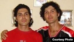 Los hermanos Marcos Maikel y Antonio Michel Lima Cruz, fueron condenados a tres y dos años de prisión, respectivamente, por salir a la calle con una bandera cubana, bailar con la música de Los Aldeanos, y gritar frases antigubernamentales en Cuba