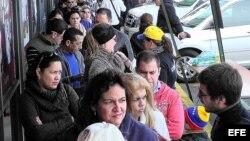 Ciudadanos venezolanos hacen fila para votar en las elecciones primarias de la oposición el domingo 12 de febrero de 2012, en un centro de votación en Miami (EEUU). EFE/Gastón De Cárdenas