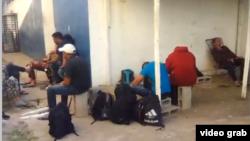 Cubanos detenidos en Costa Rica, de un grupo de 29, esperan en el patio de una unidad policial.