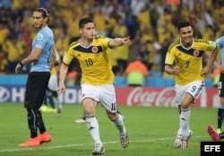 El centrocampista colombiano James Rodríguez (c) celebra el segundo gol marcado ante Uruguay, durante el partido Colombia-Uruguay, de octavos de final del Mundial de Fútbol de Brasil 2014.