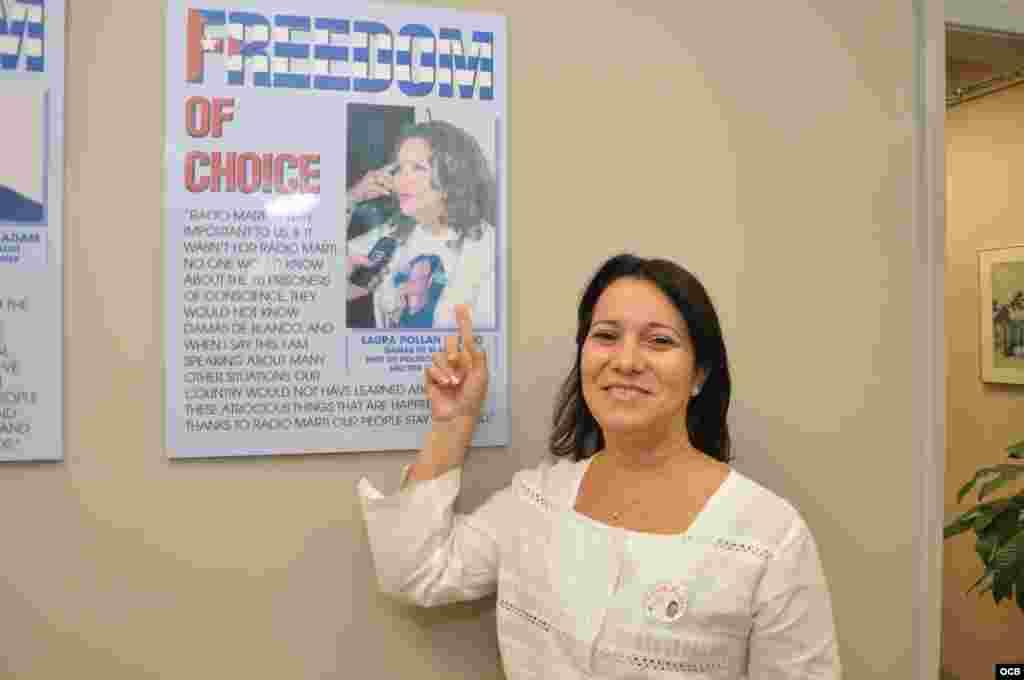 La Dama de Blanco Laura María Labrada junto a la foto de su mamá Laura Pollán en Martí Noticias.