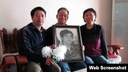 Chen Yunfei (izq.) junto a Song Xiuling y Wu Dingfu,padres de Wu Guofeng, caído en Tiananmen.