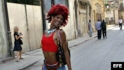 Archivo (2008) Un travesti posa en La Habana Vieja (Cuba).