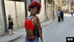Un travesti posa en la Habana Vieja. Archivo.