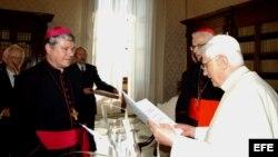 Benedicto XVI (derecha) con el obispo Vaclav Maly durante una reunión en el Vaticano.