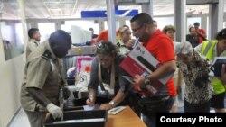 Los opositores cubanos son a menudo detenidos y sus objetos decomisados cuando retornan al país después de un viaje al extranjero.