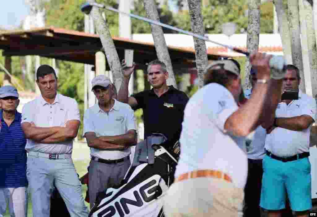 Antonio Castro Soto del Valle (2i), hijo de Fidel Castro, observa al golfista español Miguel Ángel Jiménez (de espalda) quien imparte una clase intensiva para unos cuarenta aficionados cubanos y extranjeros este jueves 7 de abril de 2016, en La Habana.